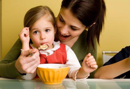 Как да преборим страховете около храненето на малки деца