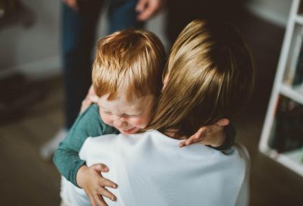 """Когато детето ви е """"залепено"""" за вас - нетипичен израз на привързаност"""